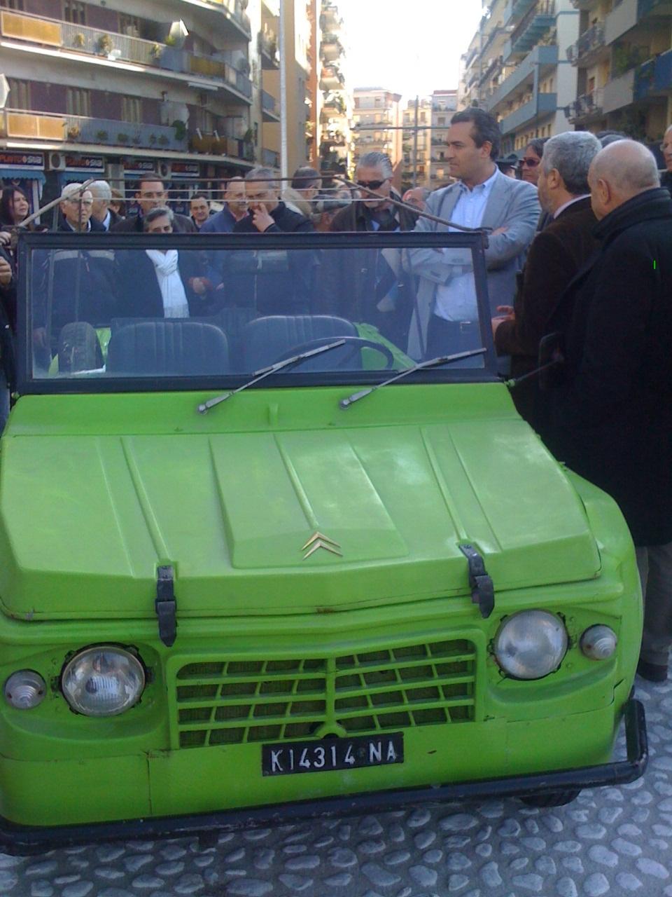 Sindaco inaugura rotatoria con auto Siani